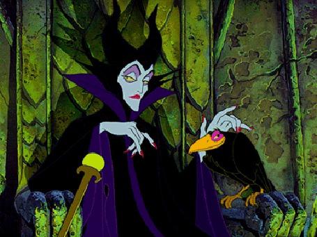 Фото Злая колдунья Малефисента сидит на троне и гладит ворона, из мультфильма Спящая красавица