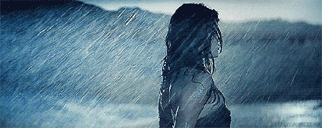 Фото Американская актриса и певица Селена Мари Тифи-Гомес / Selena Marie Teefey-Gomez, поворачивает голову под проливным дождем и поправляет мокрые волосы