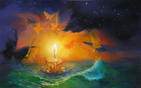 Фото Большая горящая свеча плывет по морю и к ней летят бабочки, художник Величко Роман Валерьевич
