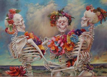 Фото Три скелета, украшенные цветами, танцуют, картина художницы Iva Morris