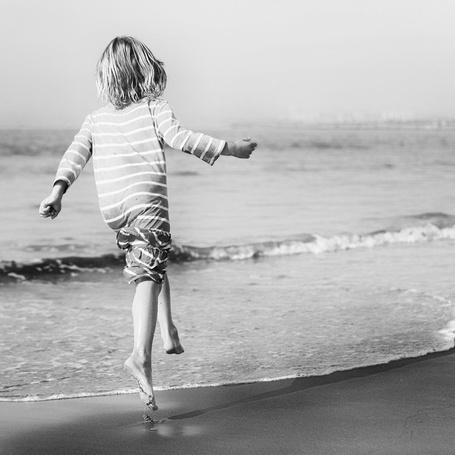 Фото Девочка бежит по берегу моря
