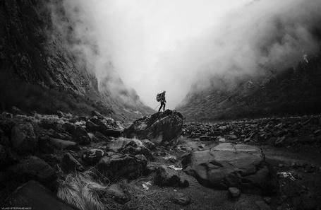 Фото Мужчина стоит на камне среди тумана, фотограф Влад Степаненко