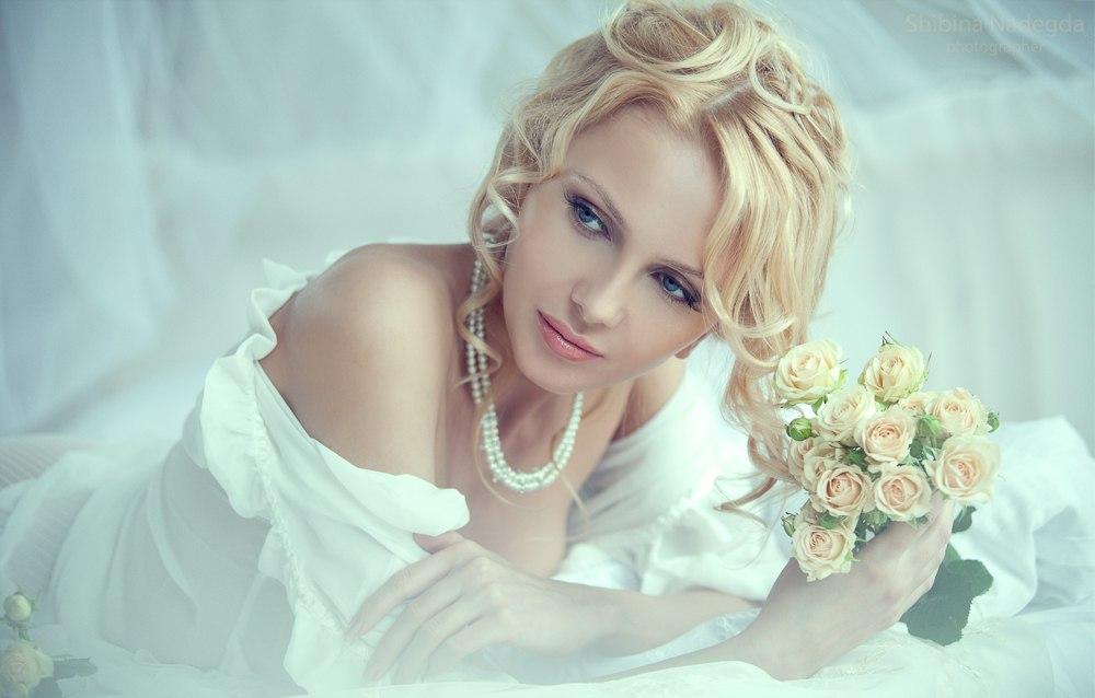 Фото Девушка в белом нижнем белье лежит в постели с букетом роз, фотограф Надежда Шибина