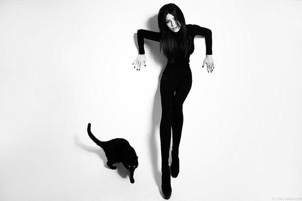 Фото Девушка в черном костюме ги черная кошка на белом ...