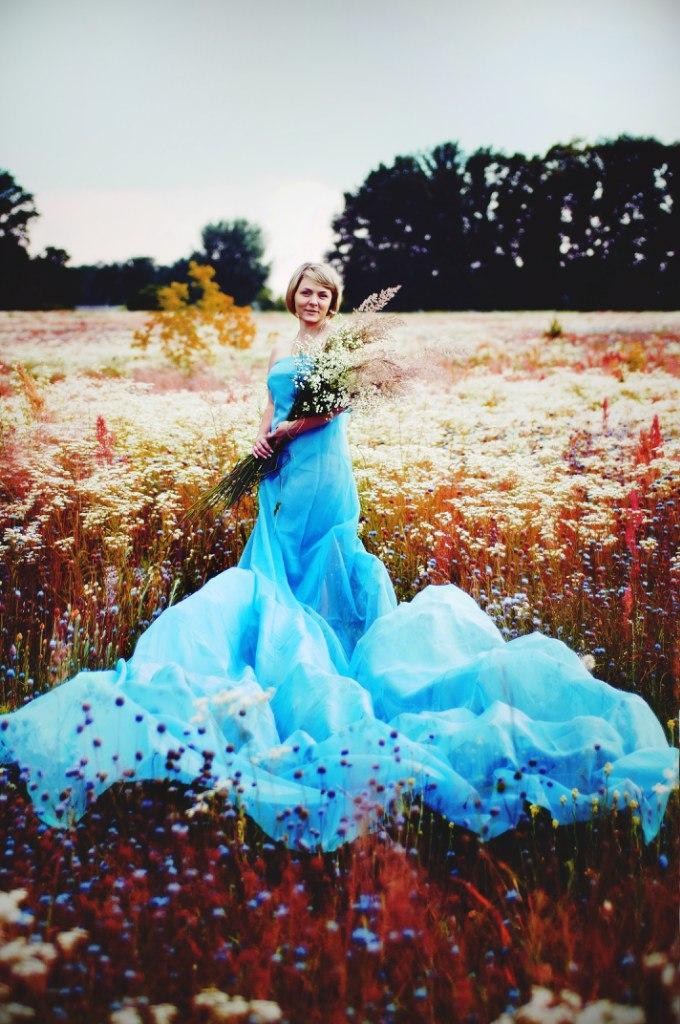 Фото девушка в голубом платье стоит в