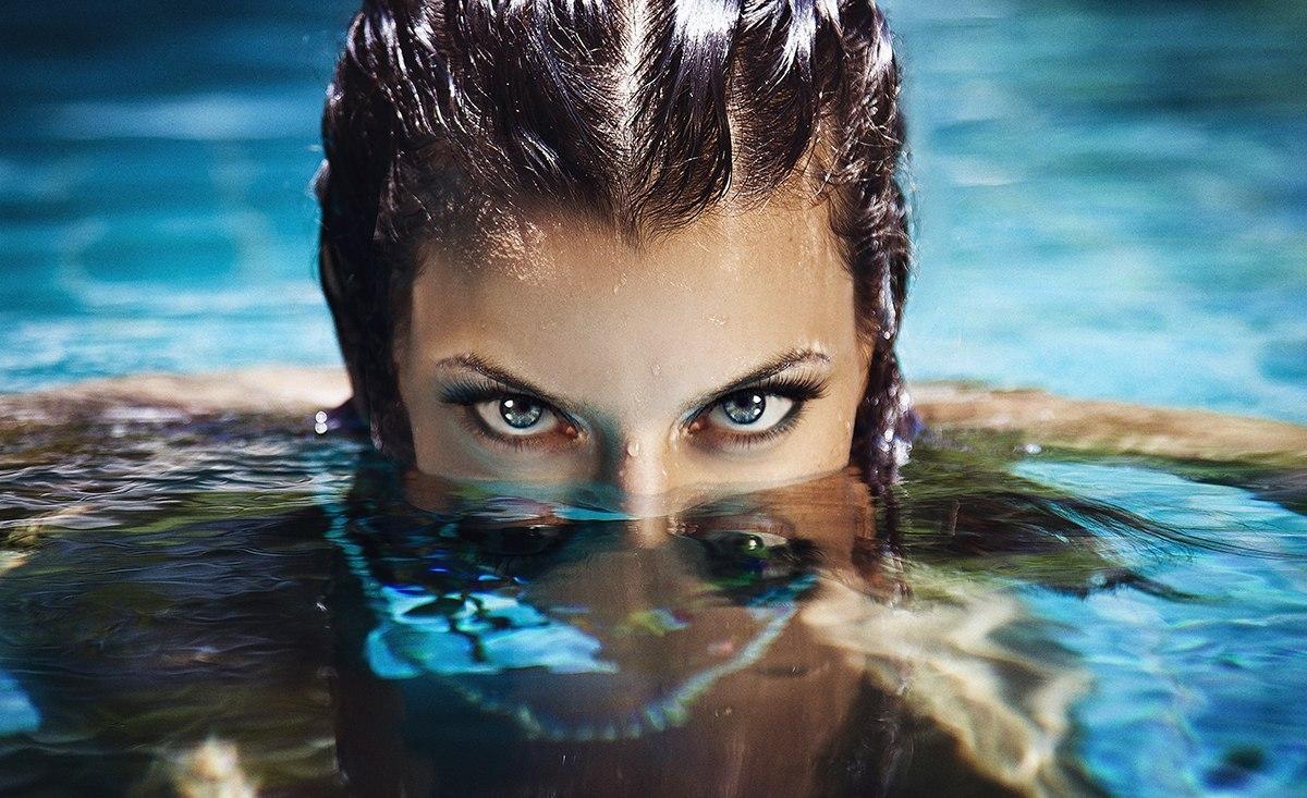 у девушки торчит лицо из воды бесплатный
