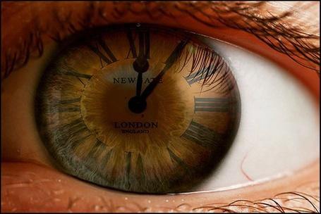 Фото Человеческий глаз карего цвета, на радужке которого циферблат с римскими цифрами и стрелки на зрачке