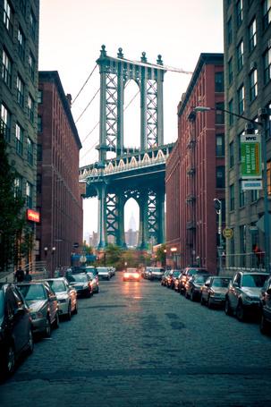 Фото Среди зданий виден Manhattan Bridge / Манхэттенский мост