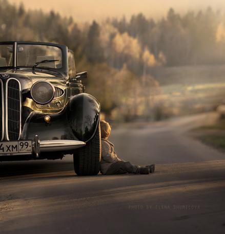 Фото Маленький мальчик сидит на дороге у автомобиля, фотограф Elena Shumilova