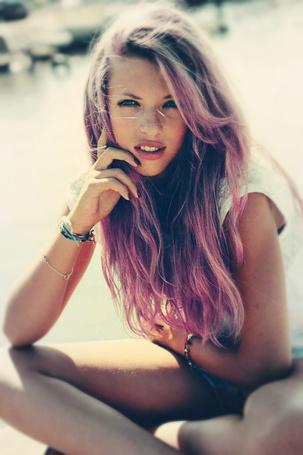 Фото девушка с розовыми волосами