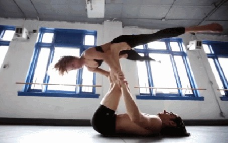 Фото Парень с девушкой выполняют акробатический номер