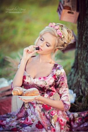 Фото Анастасия Клепнева подносит ягоду ко рту, фотограф Ирина Недялкова