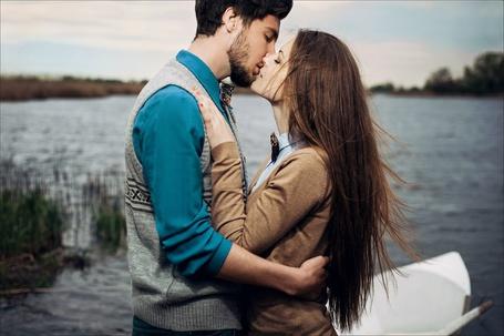 Фото Мужчина с девушкой целуются стоя около лодки и воды, фотограф Peter Pushkin