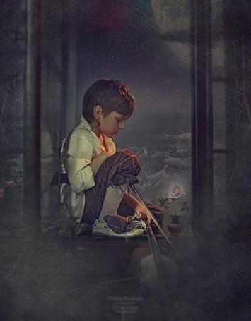 Фото Мальчик сидит на подоконнике рядом с розой, на фоне заснеженных гор и полной луны, фотограф Надежда Шибина