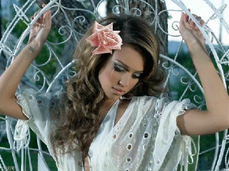 Фото Актриса Джессика Альба/Jessica Alba -Грустная девушка, с розой в волосах, плачет