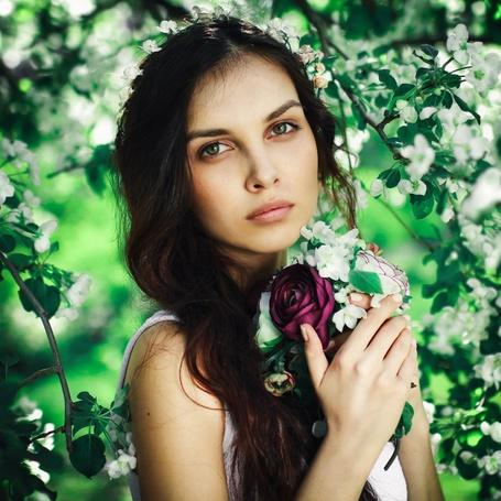Фото Девушка с букетом стоит на фоне цветущих веток дерева, фотограф Лизавета Черкасова