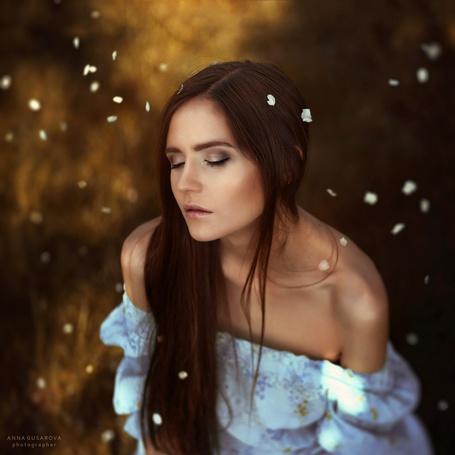 Фото Девушка среди летающих лепестков, фотограф Анна Гусарова