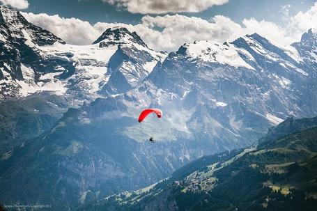 Фото Мужчина на парашюте среди заснеженных гор, by Sasipa Muennuch