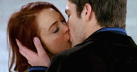 Фото Парень взял <u>картинки поцелуи только губы девушек и парня</u> руками голову девушки и целует в губы