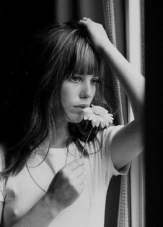 Фото Актриса Джейн Мэллори Биркин с цветком в руке