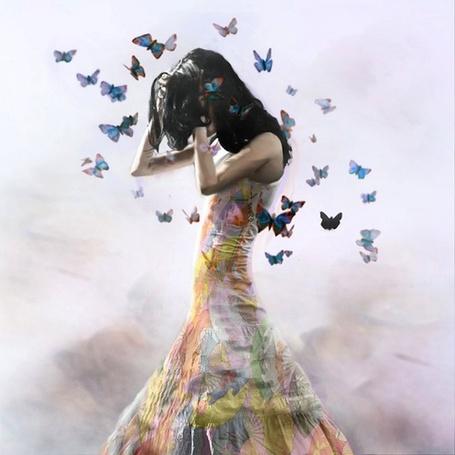 Фото Девушка с порхающими бабочками над ней, ву Christopher Cuseo