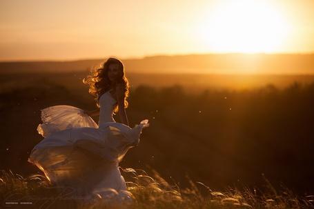 Фото Девушка в белом платье стоит на фоне заката, фотограф Екатерина Ромакина (© PolinaPolina), добавлено: 26.05.2014 23:46