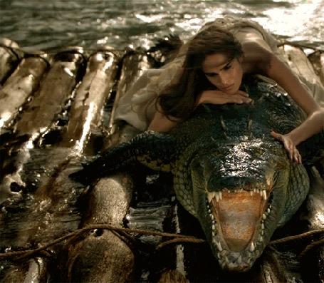 Фото Девушка лежит на аллигаторе