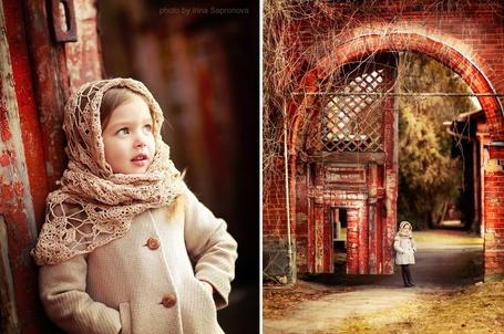 Фото Маленькая девочка стоит в дверном проеме, фотограф Ирина Сапронова