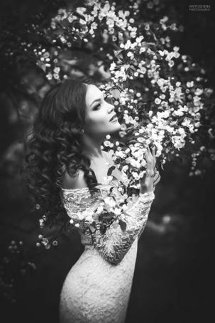 Фото Девушка в платье около цветущего дерева, by Tatiana Antoshina