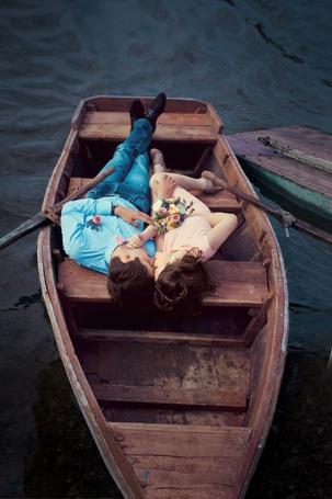 Фото Мужчина с девушкой лежат в лодке, фотограф Анастасия Селеменева