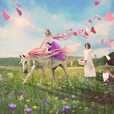 Фото Девочка верхом на лошади, сзади стоит ее мама, автор Шон ван Дел