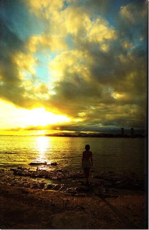 Фото Японская певица Мано Эрина / Mano Erina стоит спинок к камере, смотря на красивый закат
