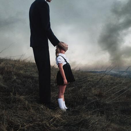 Фото Мужчина прикрыл руками глаза девочки, фотограф Alex Stoddard