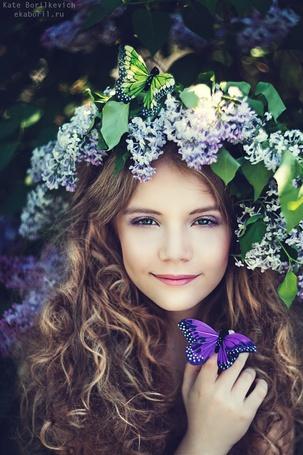 Фото Девочка с сиренью на голове и с двумя бабочками, фотограф Екатерина Борилкевич
