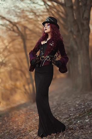 Фото Девушка в черной шляпе и в платье стоит на фоне деревьев, фотограф Георгий Дьяков