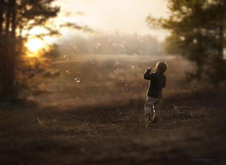 Фото Мальчик пускает воздушные пузыри, фотограф Elena Shumilova