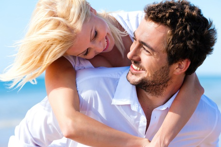 Фото Девушка обнимает мужчину