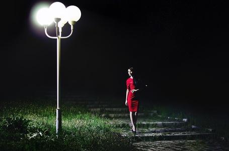 Фото Девушка в красном платье около горящего фонаря, фотограф Михаил Абрамов