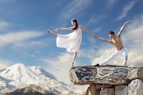 Фото Мужчина с девушкой в танце на фоне заснеженной горы, by Akira Enzeru