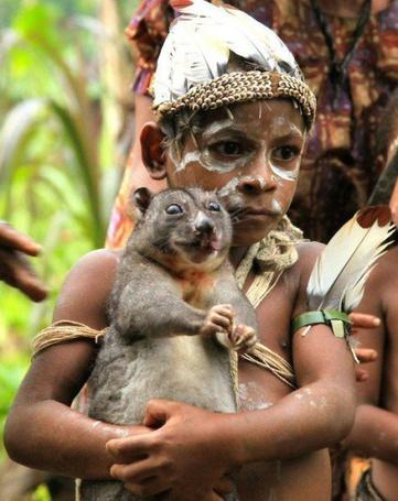 Фото Темнокожий мальчик держит на руках животное