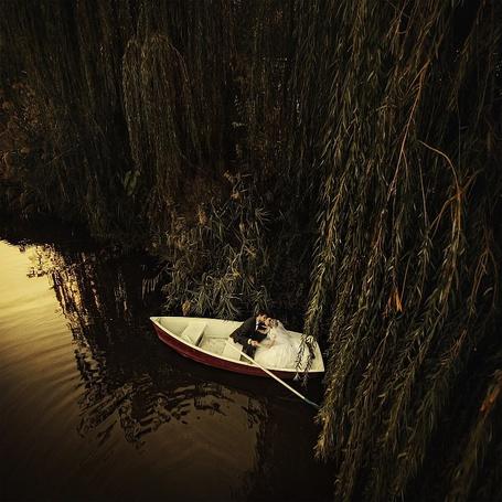 Фото Жених с невестой целуются сидя в лодке, фотограф Игорь Булгак