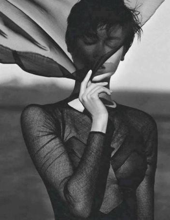 Фото Девушка, прикрытая полупрозрачной тканью, фотограф Txema Yeste