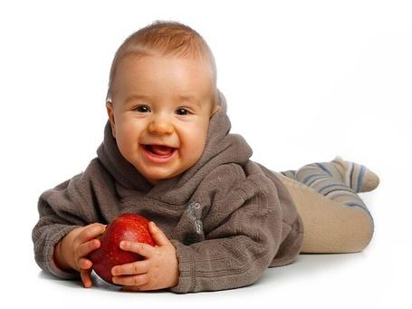 Фото Маленький мальчик, с красным яблоком в руках