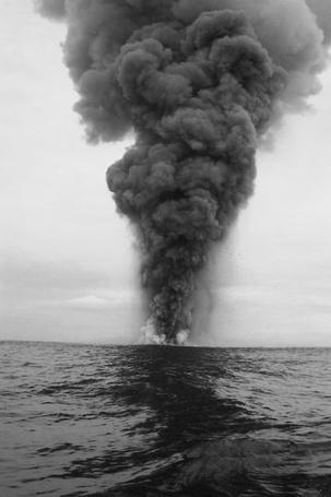 Фото Сильный дым на горизонте моря
