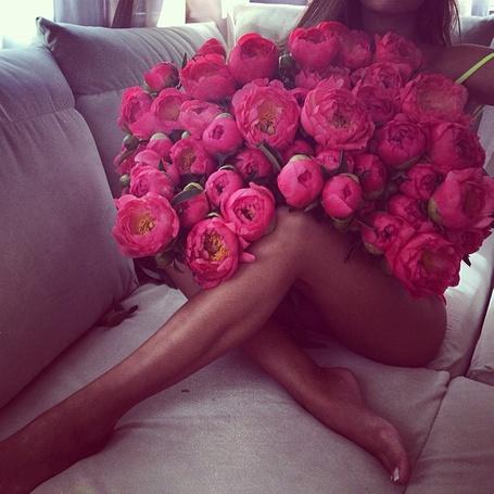 Фото Девушка с огромным букетом розовых пионов