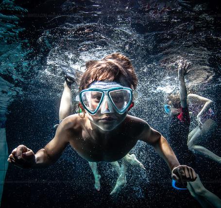 Фото Дети плавают под водой