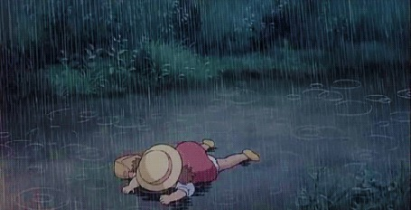 Фото Девочка лежит на земле под дождем