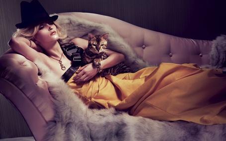 Фото Девушка в шляпе и длинном платье лежит на диване, обнимая кошку, фотограф Микеланджело ди Баттиста / Michelangelo Di Battista
