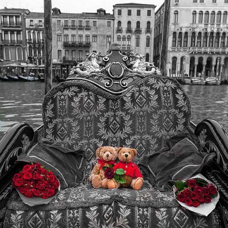 Фото Два плюшевых медвежонка и букеты красных роз на диване на фоне парижской улицы. фото из коллекции Город-женщина. и Город Любви. Фотограф Assaf Frank