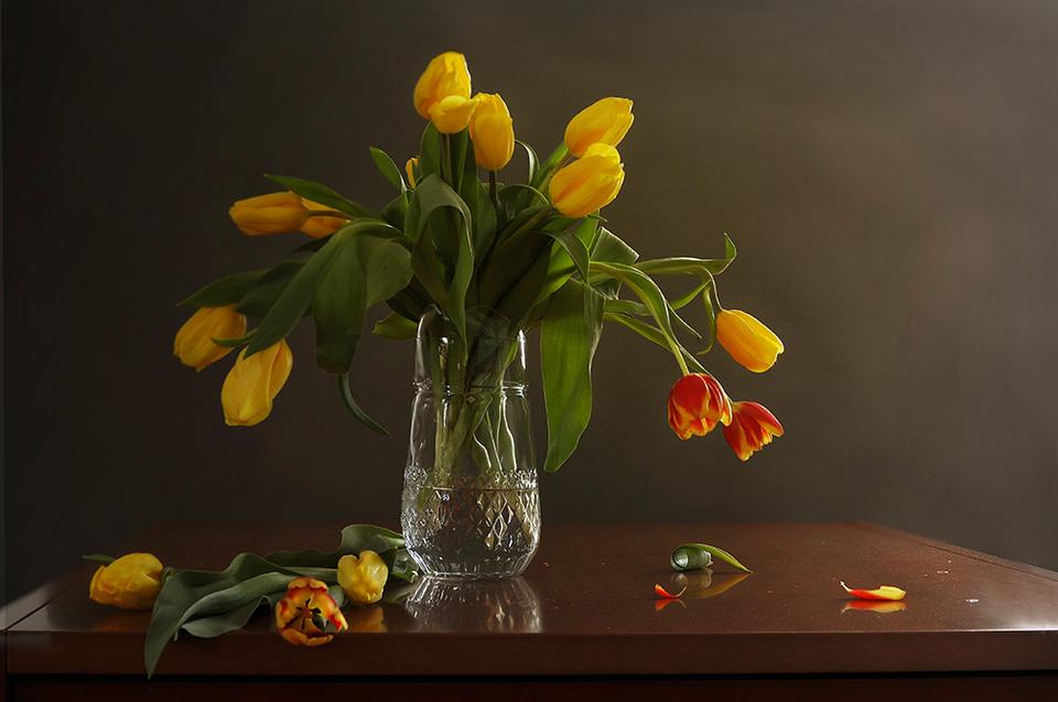 желтые тюльпаны в вазе фото черта золочение деревянных